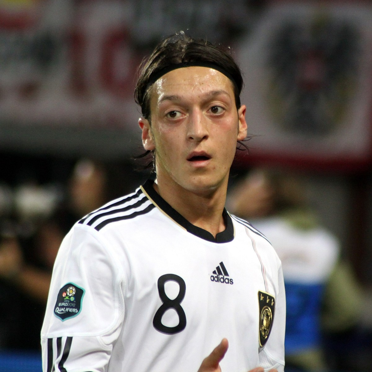 Mesut Ozil Nutmegs Linesman Without Him Noticing